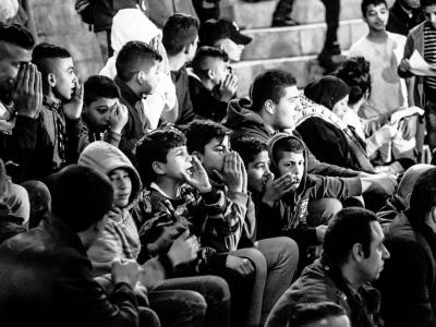 Giovani raccolti intonano delle proteste proprio davanti alla porta di Damasco