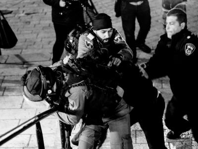 Un manifestante viene fermato durante gli scontri a Gerusalemme