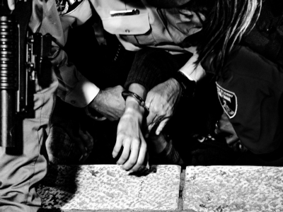 Un manifestante viene arrestato durante gli scontri a Gerusalemme