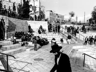 Un ebreo ortodosso nei pressi della porta di Damasco. Tale porta oltre ad essere un'entrata per il mercato arabo è usata dagli ebrei per raggiungere il muro occidentale