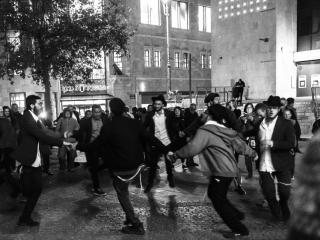 Durante i giorni dell'Hanukkah giovani ebrei scendono in piazza ballando danze tipiche e intonando canti gioiosi