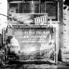 God Bless Trump. Un manifesto appeso lungo le strade di Gerusalemme in seguito all'annuncio del presidente americano. Dopo pochissime ore scomparirà per essere ricoperto da altri manifesti