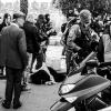 A seguito della carica della polizia una signora finisce per terra fra i passanti in attesa dei soccorsi