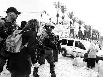 Una signora discute animatamente con la polizia israeliana dopo esser stata fatta allontanare a seguito dei loro cori e delle proteste