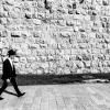 Un giovane ebreo ortodosso cammina nei pressi della porta di Jaffa