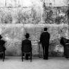 Ebrei pregano all'interno della sinagoga della grotta, nei pressi del muro occidentale
