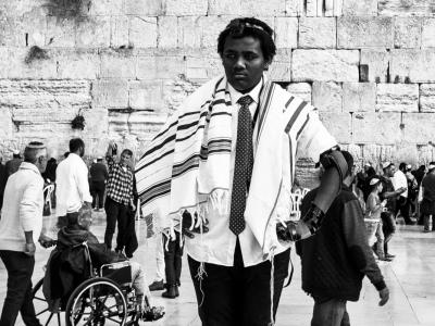 Un giovane ragazzo israeliano posa per una foto di rito durante i festeggiamenti del Bar Mitzvah