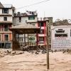 Kathmandu: un anziano seduto attorno ai resti del Kasthamandap Temple. Il terremoto di grado 8.1 ha causato in tutto il Nepal più di 8000 morti
