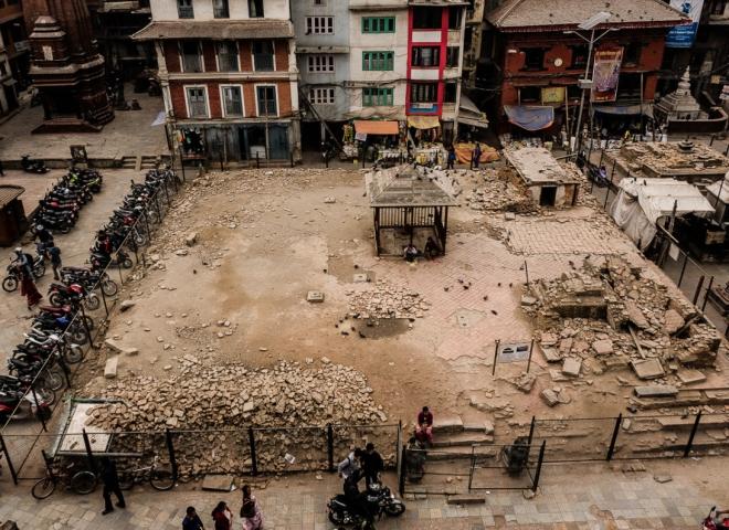 Kathmandu – Kasthamandap Temple: I motorini dei giovani sono posteggiati come una volta intorno al tempio da cui deriva il nome della città