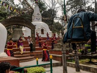 Kathmandu – Swayambhunath: Uno dei tempi che ha riportato maggiori danni, diventa il set per il video musicale di un cantante emergente nepalese