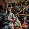 Manakamana Temple: Tra le impalcature e i sostegni le persone sono in fila per offrire in dono i loro sacrifici alla divinità induista Bhagwati