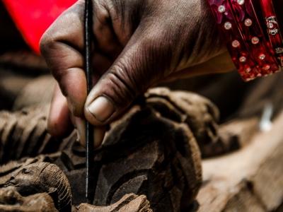 Changu Narayan: Con un lavoro certosino e tanta pazienza si cerca di pulire e restaurare ogni singolo fregio del tempio