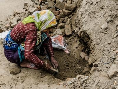 Thimi: Con una piccola piccozza una donna è impegnata a scavare. La maggior parte dei lavoro avvengono senza l'ausilio di mezzi meccanici