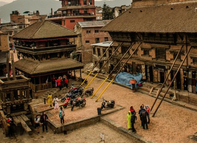 Bhaktapur: Piazza Nyatapola & Carro del Bisket Jatra. Sono evidenti i sostegni verso la piazza per sostenere i palazzi attorno
