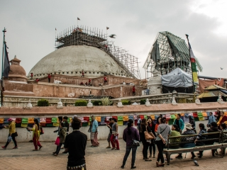 Bouddhanath: Sebbene non sia crollata dopo il terremoto si è colta l'occasione per restaurare la punta del celebre tempio